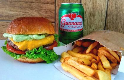 Combo: Hambúrguer a sua escolha + Fritas + Bebida a sua escolha por apenas R$ 22,00!