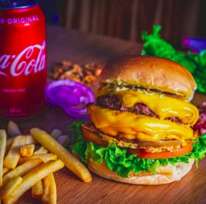 Bacon Cheeseburger Duplo + Batata com Cheddar e Bacon + Refrigerante por R$35