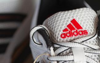 Até 60% OFF + Cupom de 10% OFF EXTRA em seleção Adidas no site da Netshoes